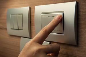 Почему выключатель разрывает фазу, а не ноль?