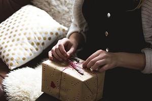 Выбираем подарки на Новый год: гаджеты до 2000 рублей