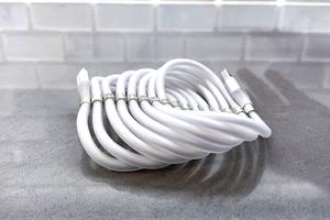 Представлен кабель для зарядки смартфона, который самостоятельно скручивается и никогда не запутывается