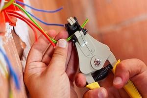Как правильно снимать изоляцию с проводов: 3 эффективных способа