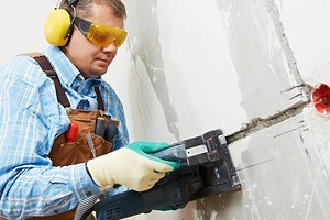 Можно ли штробить несущие стены под проводку?