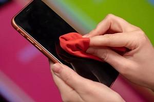 Почему экран смартфона нельзя протирать спиртовыми и бумажными салфетками?