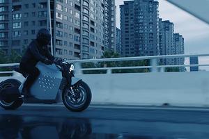Китайцы представили футуристичный электромотоцикл, который может самостоятельно ехать за хозяином
