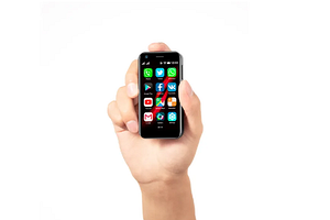 Самый маленький в мире 4G-смартфон стал суперхитом задолго до начала продаж